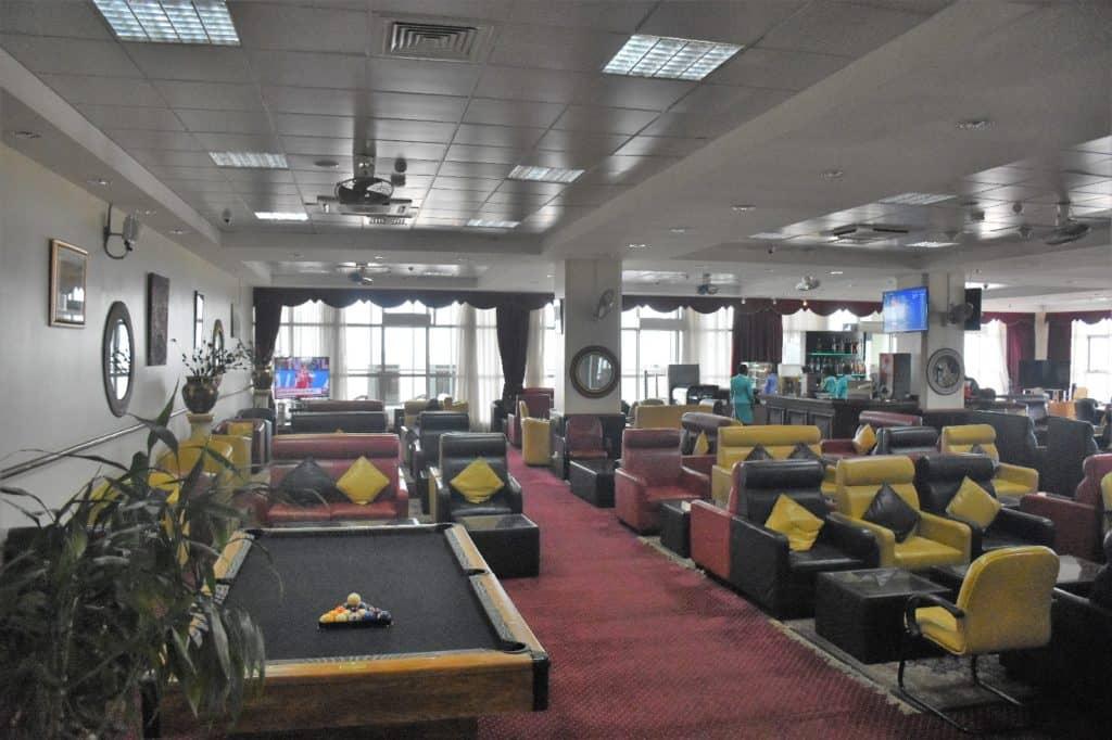 Blick vom Eingang in die Karibuni Lounge Entebbe