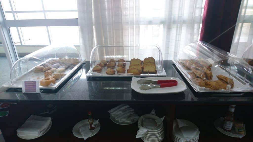 Karibuni Lounge Entebbe Buffet süße Teilchen