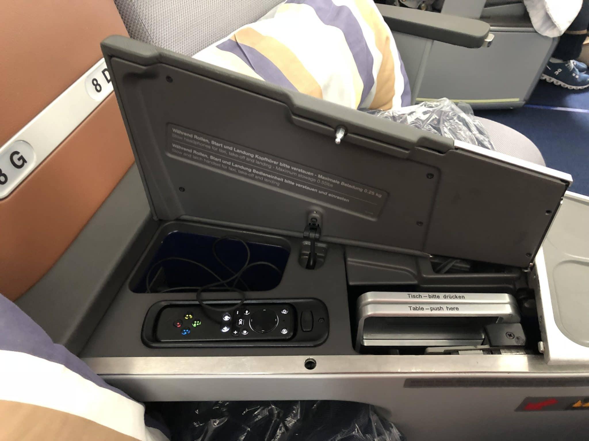 Lufthansa Business Class A350 Controller, Tisch, Kopfhoerer