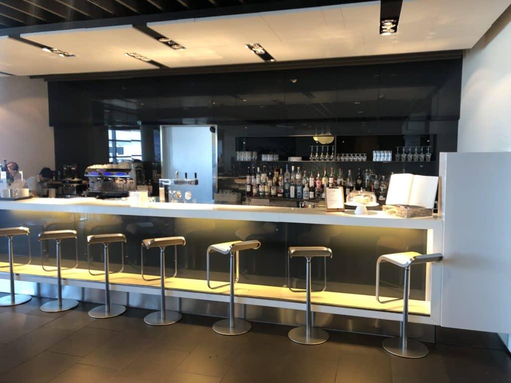 Die Bar in der Lufthansa Business Lounge Frankfurt A26