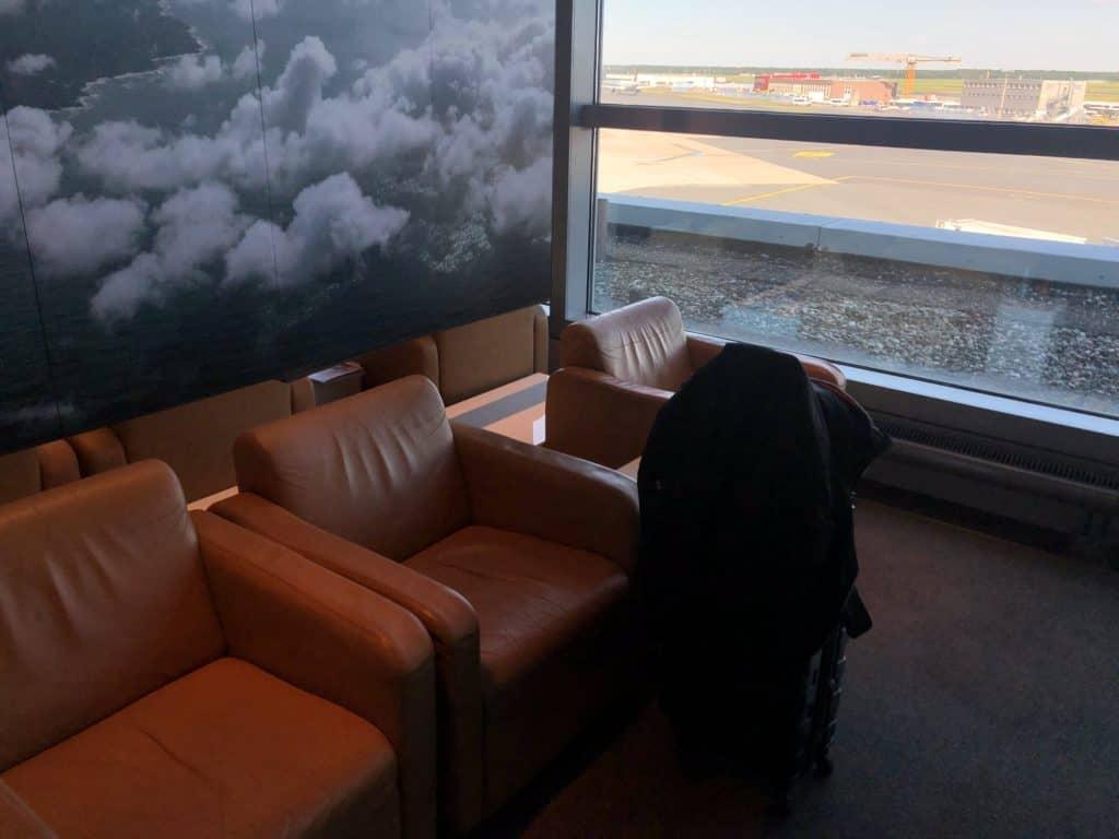 Lufthansa Business Lounge Frankfurt A26 Sessel Blick aufs Rollfeld