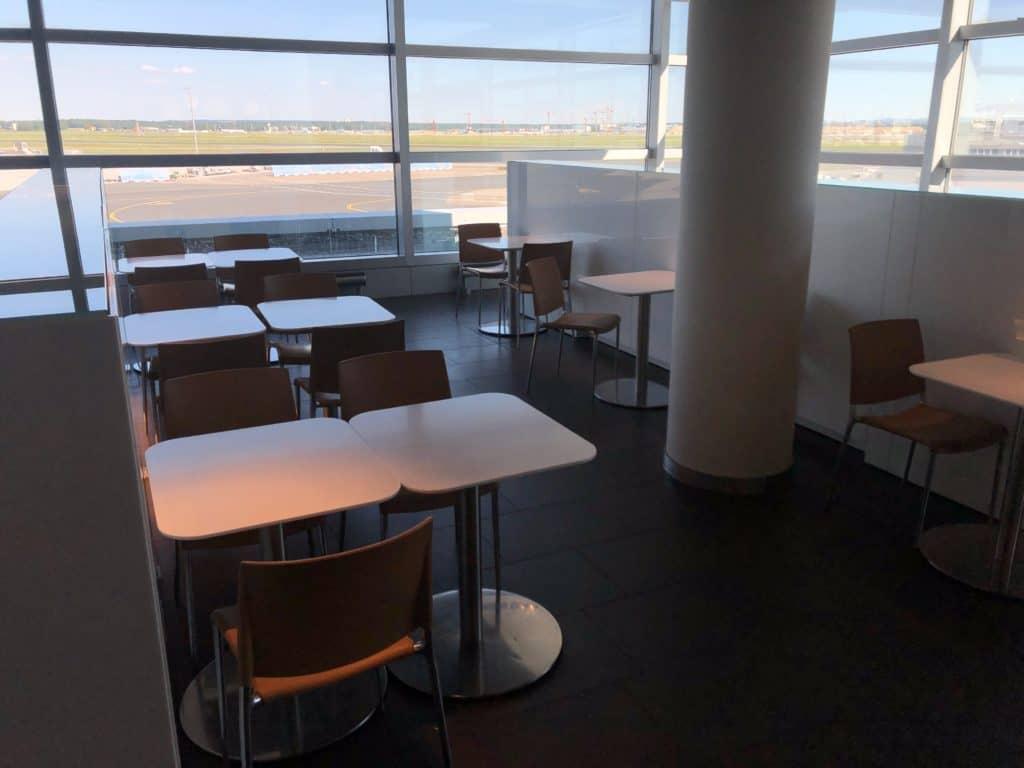 Lufthansa Business Lounge Frankfurt A26 Tische Buffetbereich