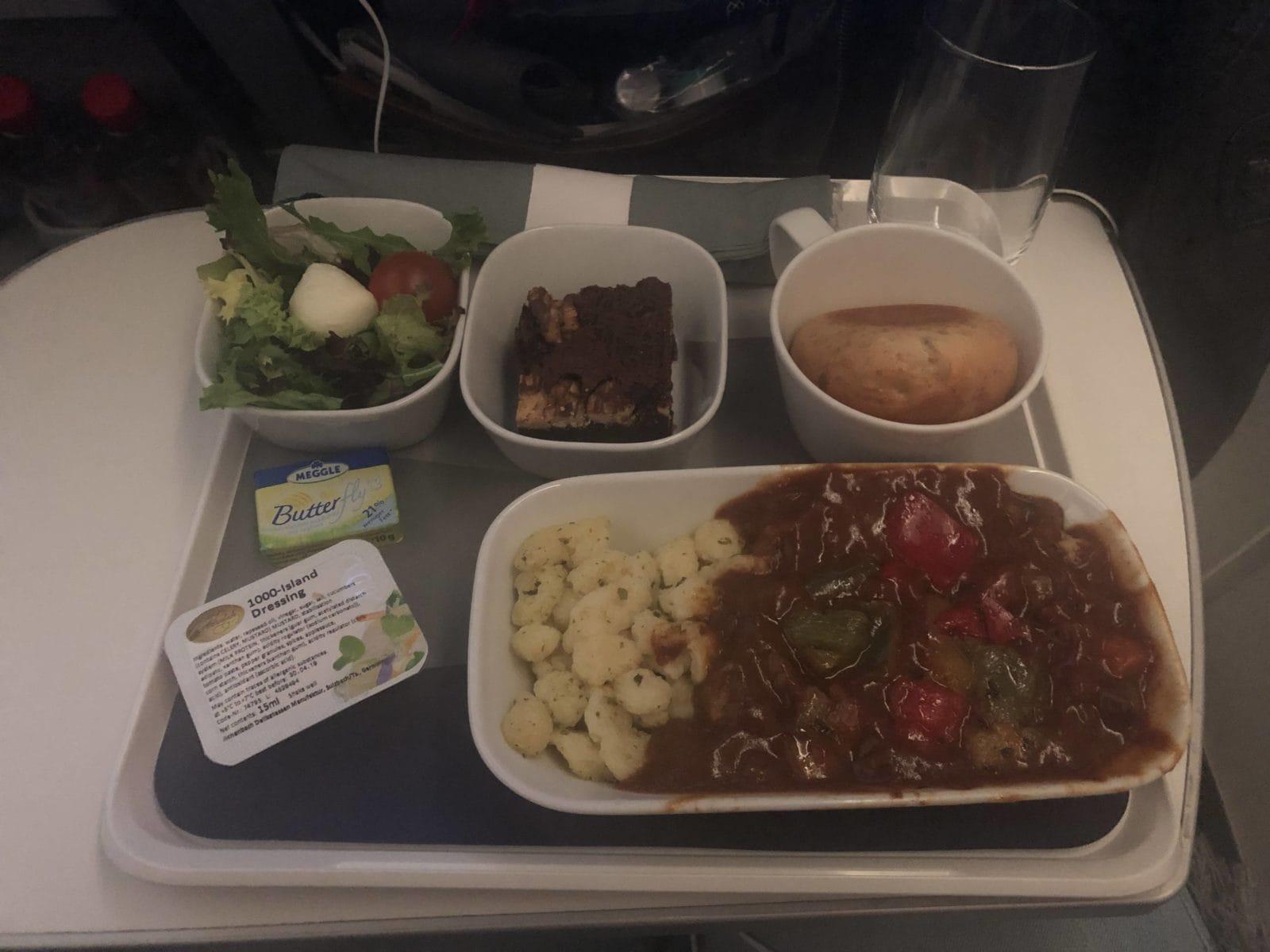 Lufthansa Premium Economy Gulasch mit Paprikagemüse