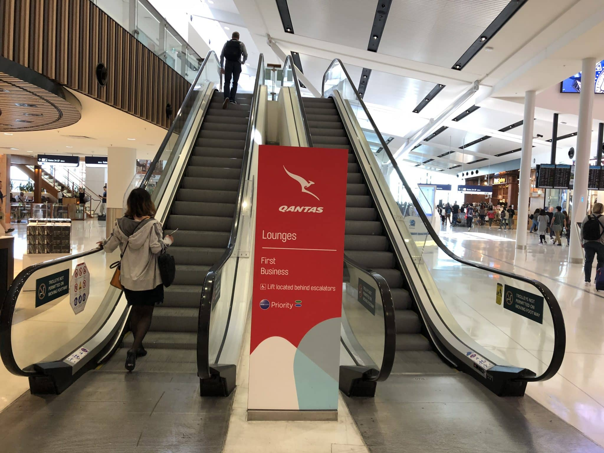 Qantas International Business Lounge Sydney Rolltreppe Lounges