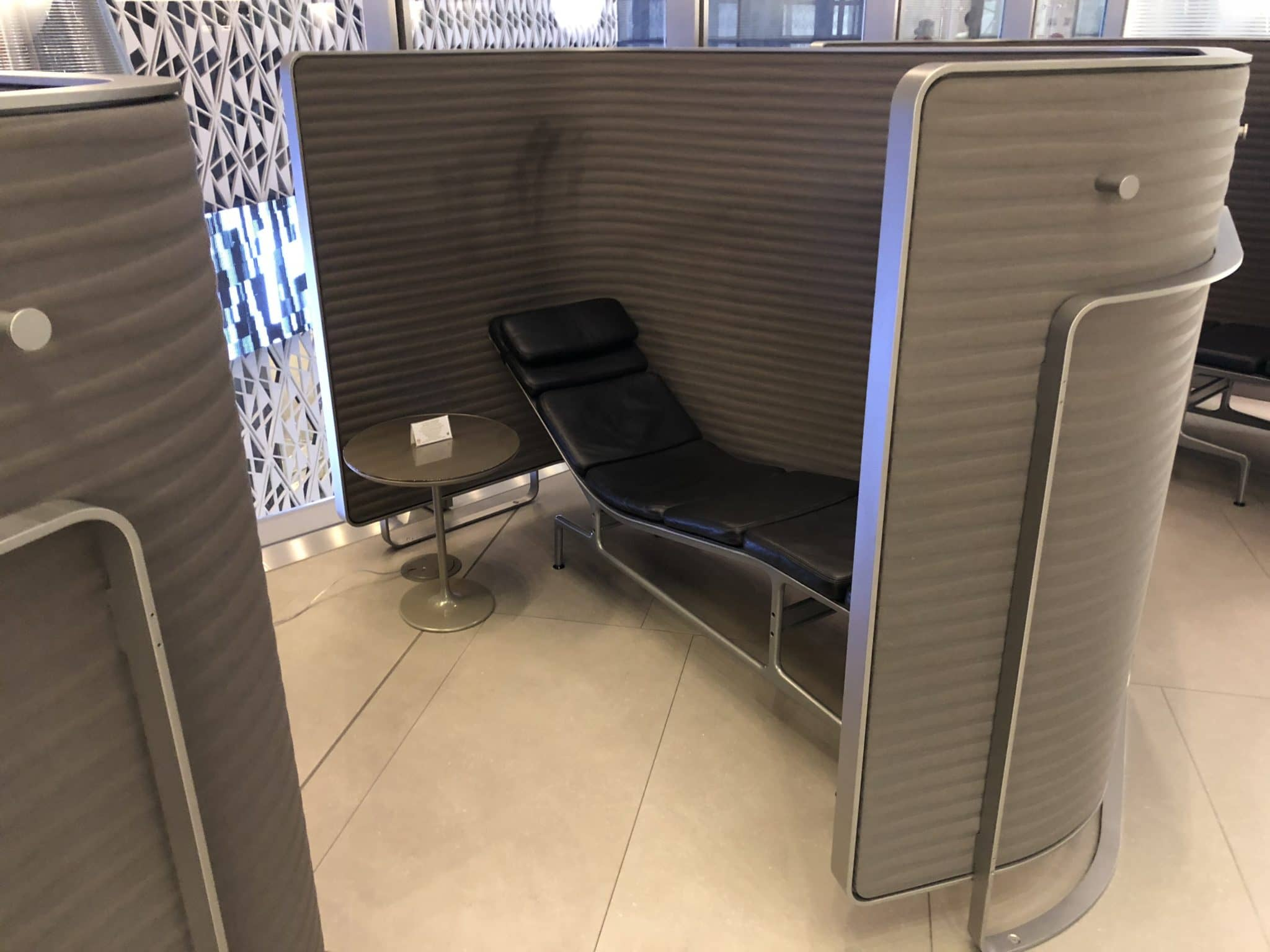Qatar Airways Al Mourjan Business Class Lounge Einzelkabine mit Liege