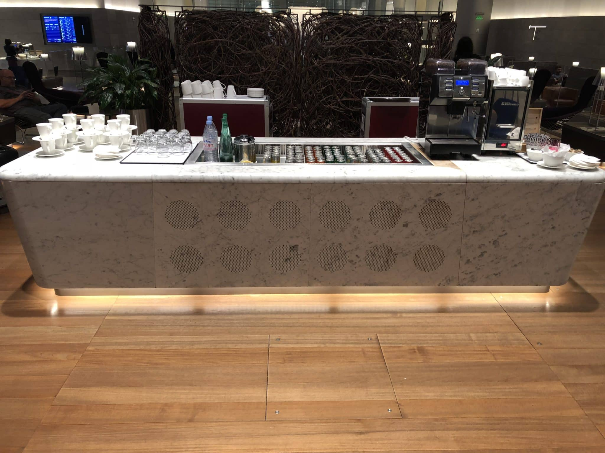 Qatar Airways Al Mourjan Business Class Lounge Getraenketresen innerhalb der Lounge