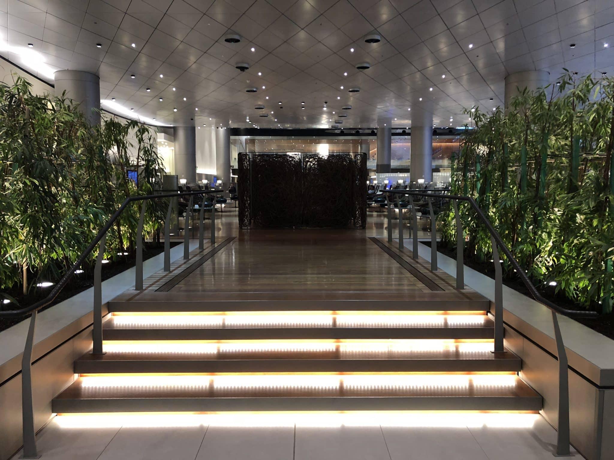 Qatar Airways Al Mourjan Business Class Lounge Treppen zum mittleren Bereich