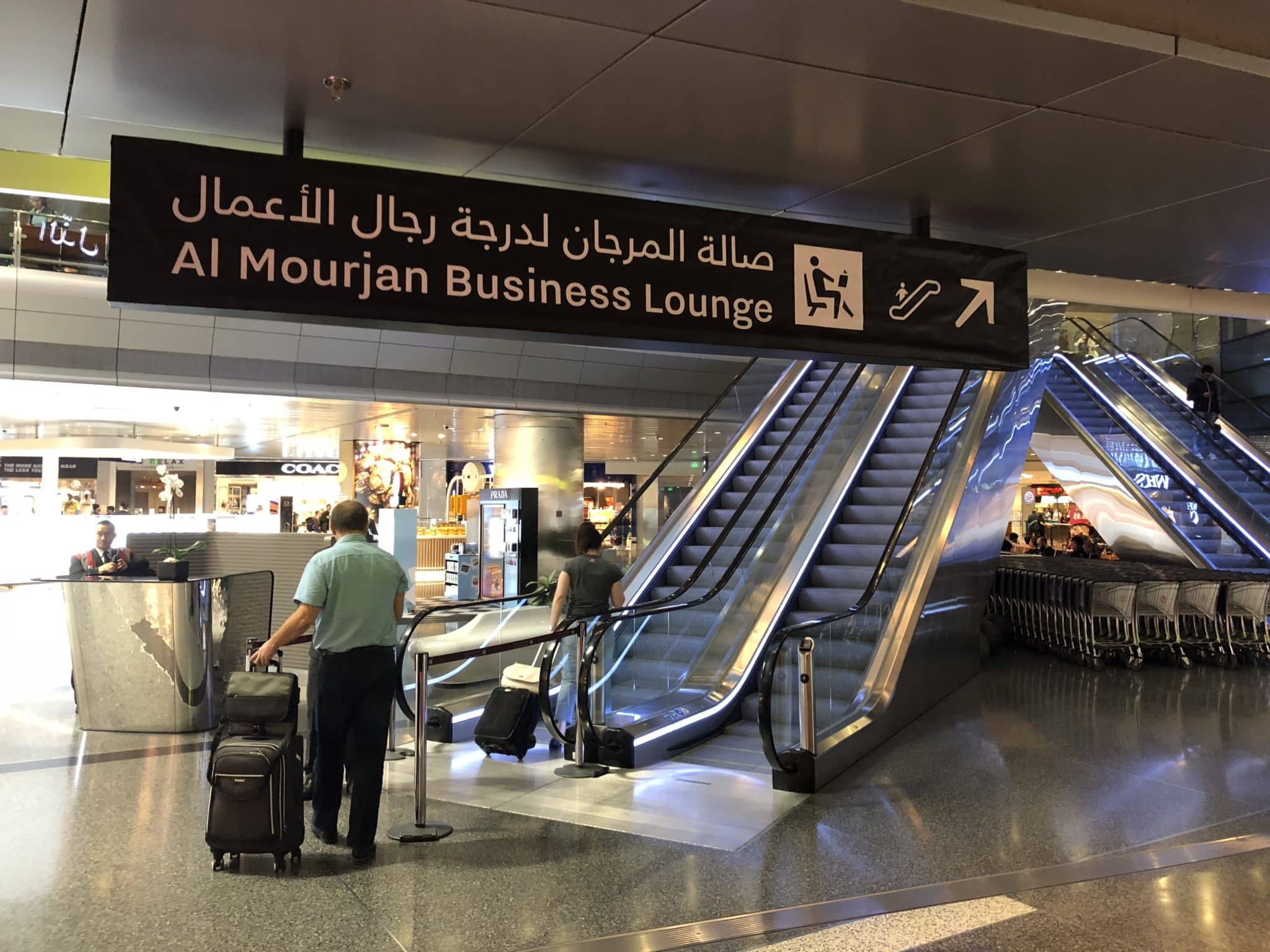 Qatar Airways Al Mourjan Business Class Lounge Rolltreppe zur Lounge