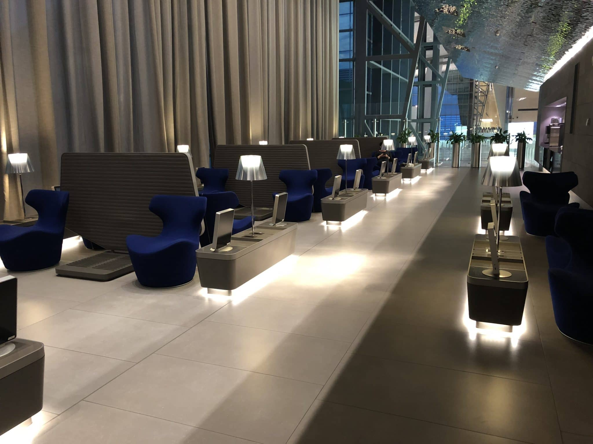 Qatar Airways Al Mourjan Business Class Lounge Sitzoption rechts vom Eingang