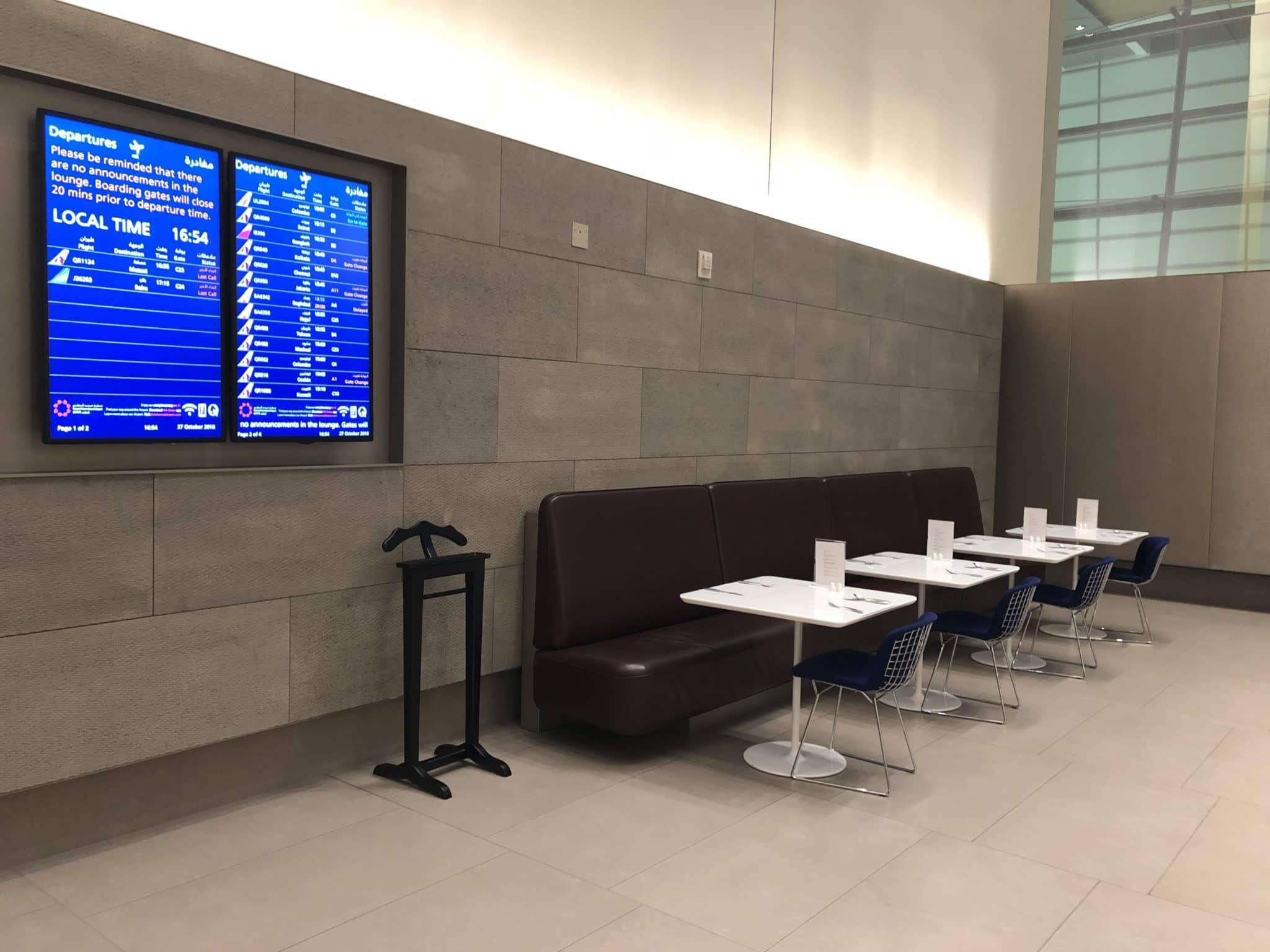 Qatar Airways Al Mourjan Business Class Lounge Sitzmoeglichkeiten Restaurant hinten