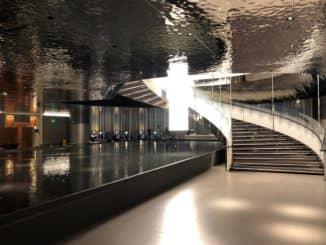 Qatar Airways Al Mourjan Business Class Lounge Treppe zum Restaurant