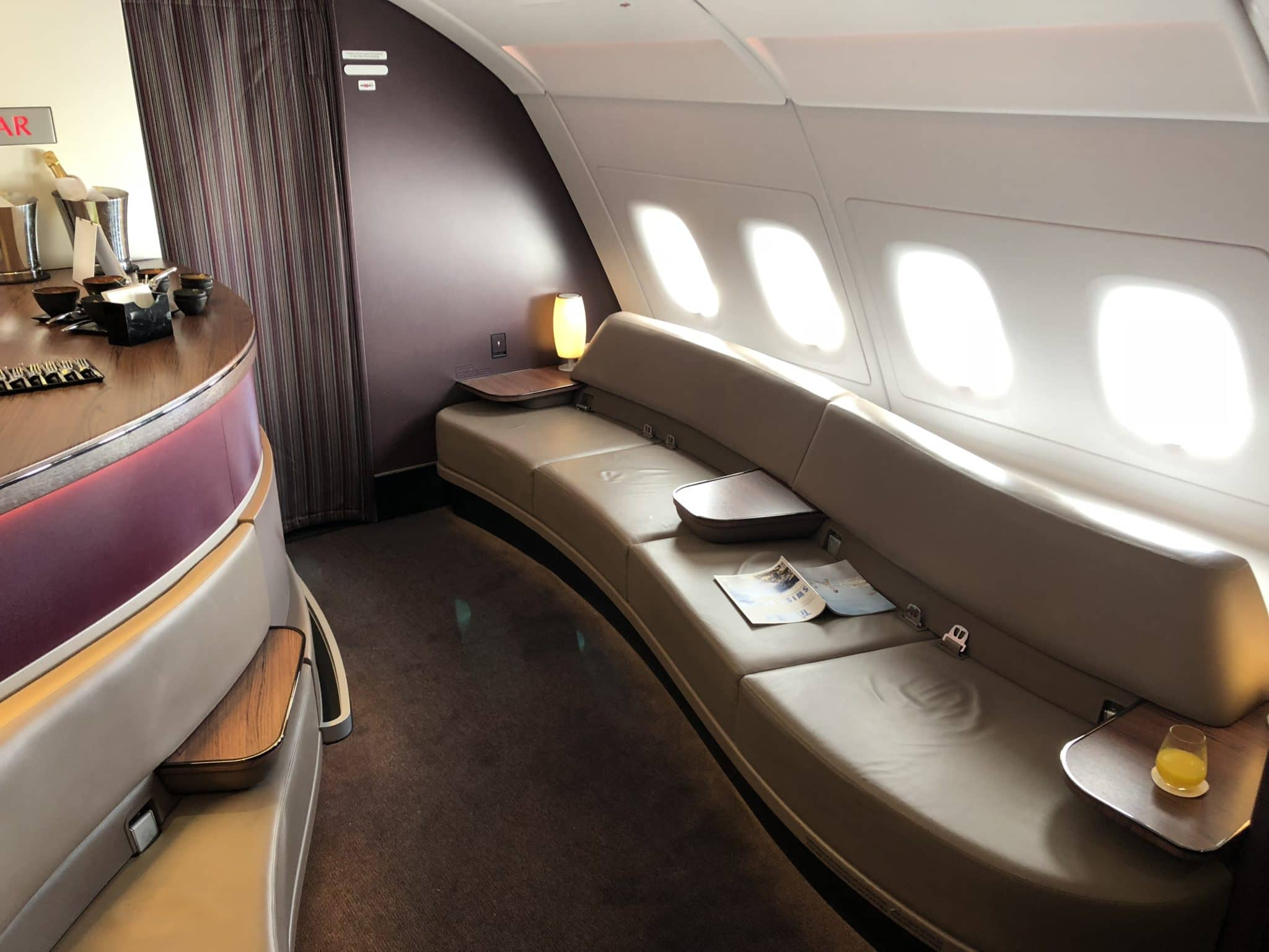 Qatar Airways Business Class A380 Sitzbank in der Bar