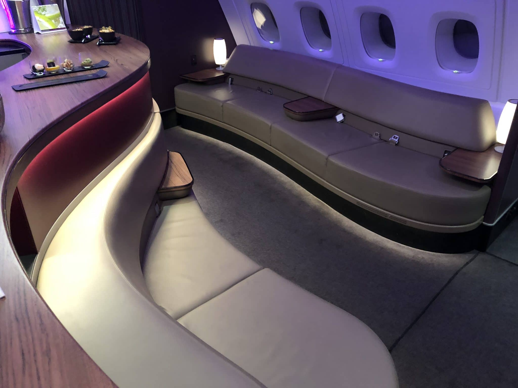 Qatar Airways Business Class A380 Sitzbank Bar dunkel
