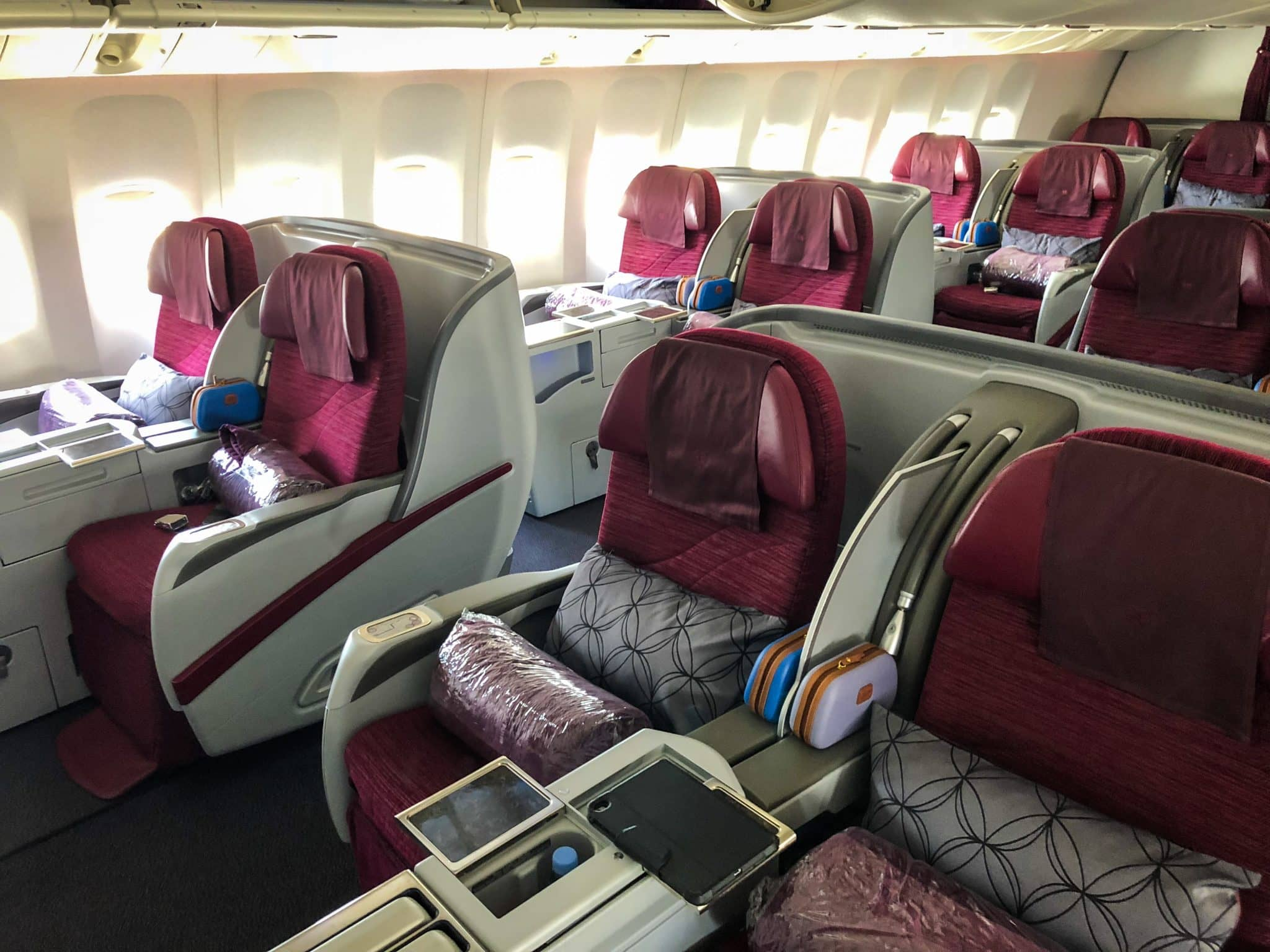 Alte Qatar Airways Business Class Boeing 777-200LR Kabine Vorderansicht