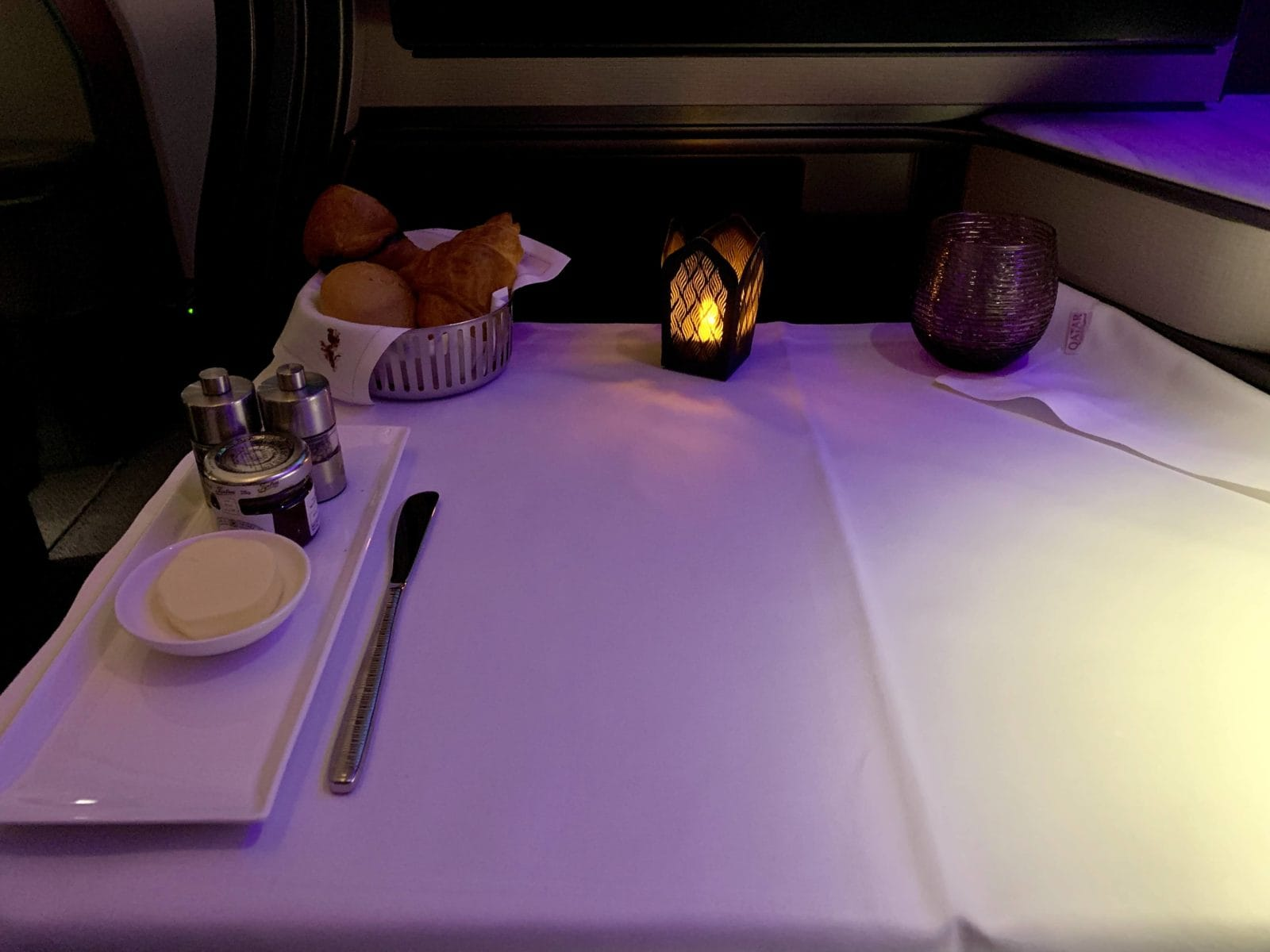 Qatar Airways Qsuite Boeing 777-300ER Business Class Tisch