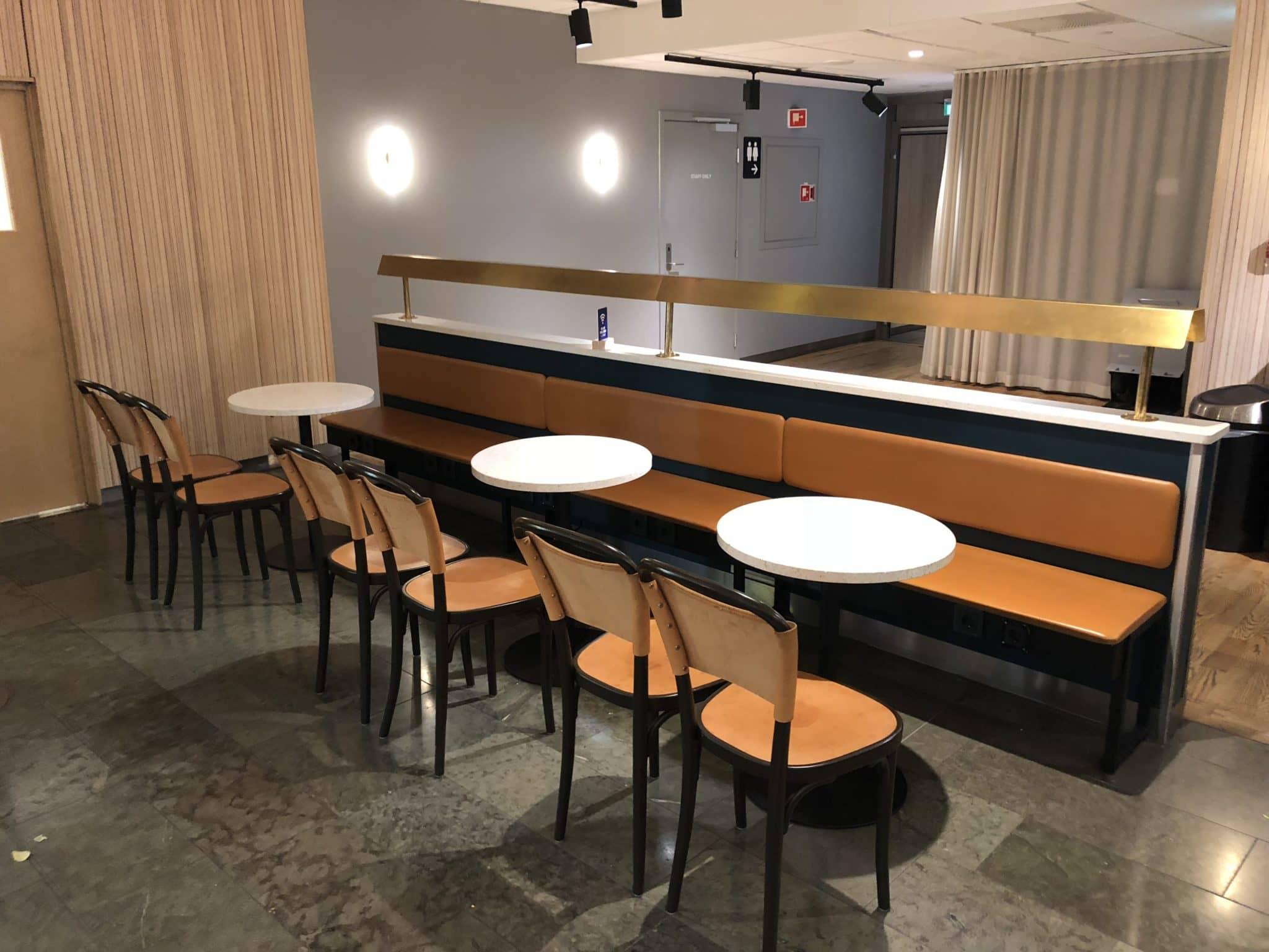 SAS Gold Lounge Oslo-Gardermoen Sitzmoeglichkeiten Buffet