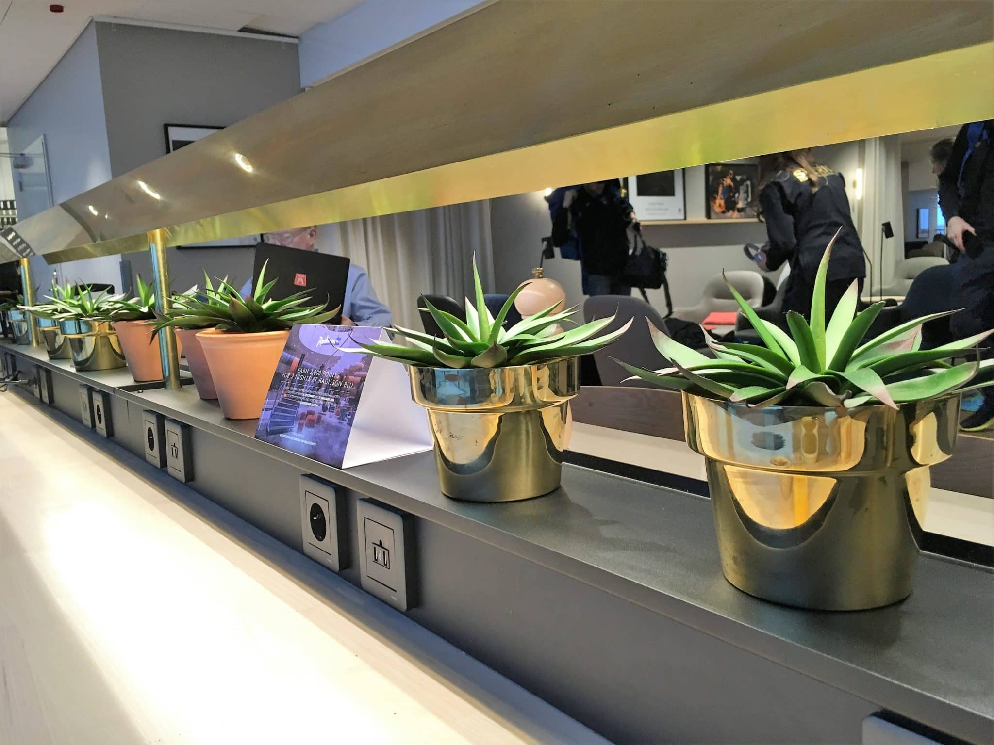 SAS Gold Lounge Stockholm Anschluesse am Arbeitsplatz