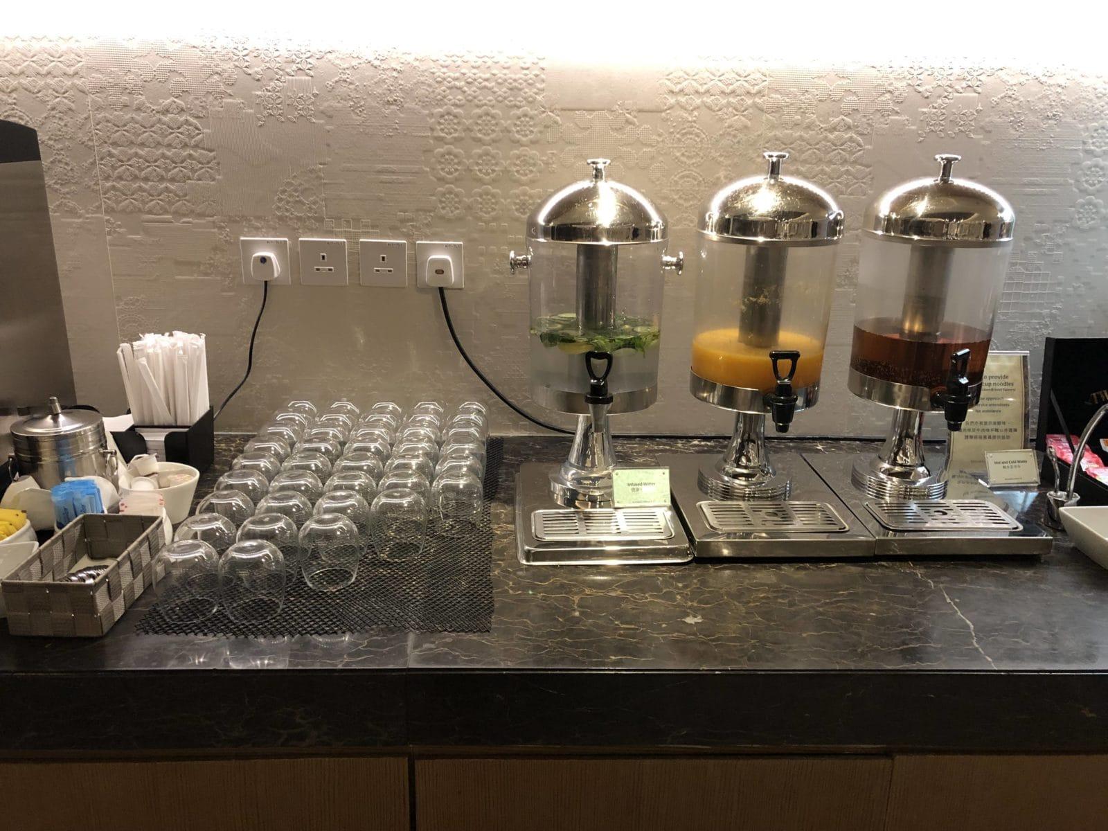 Singapore Airlines SilverKris Lounge Hong Kong Saefte und Wasser mit Geschmack
