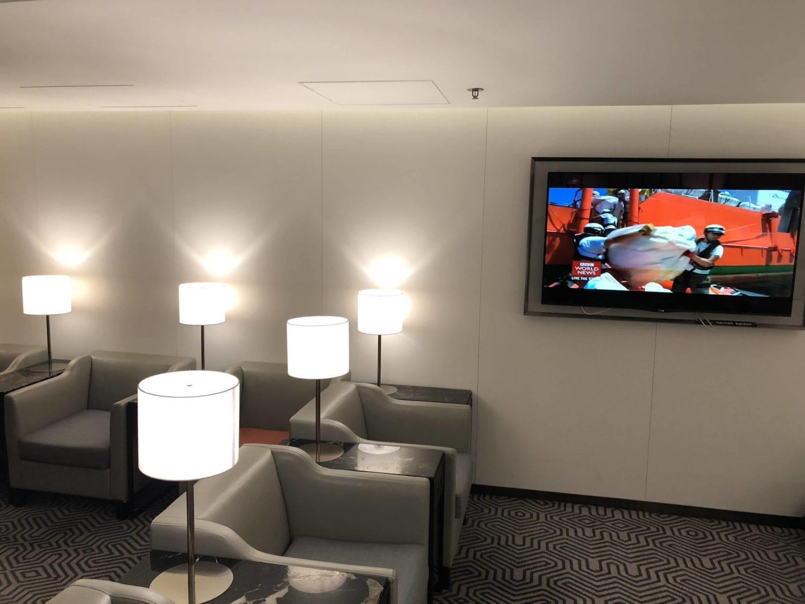 Singapore Airlines SilverKris Lounge Hong Kong Sessel Fernseher