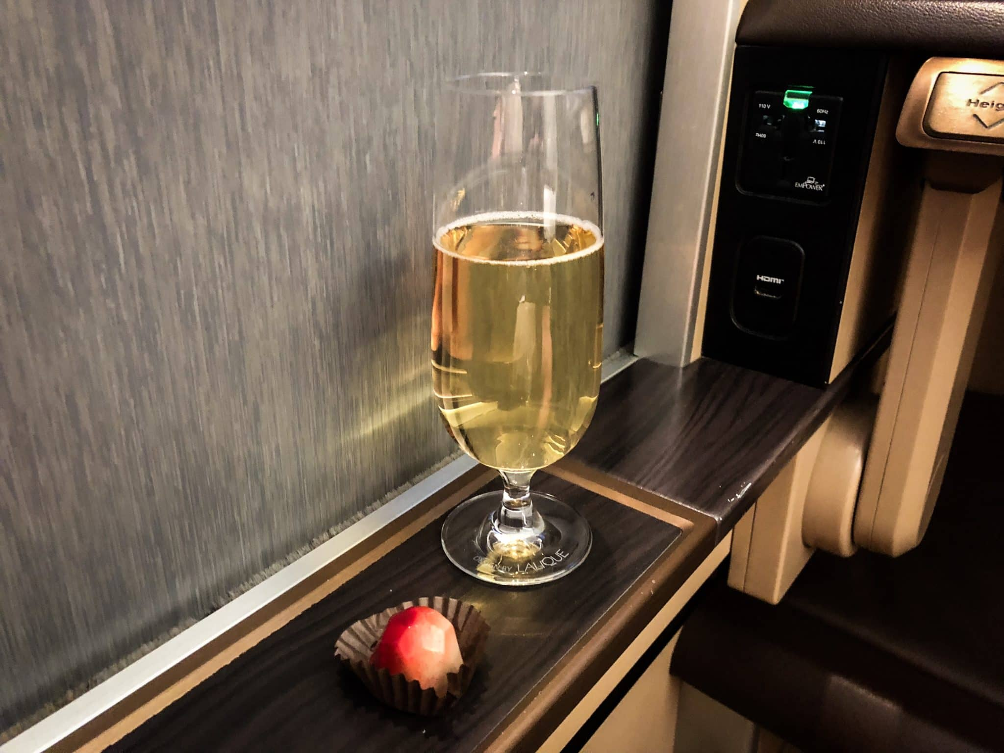 Singapore Airlines First Class Boeing 777-300 Champagner mit Mint