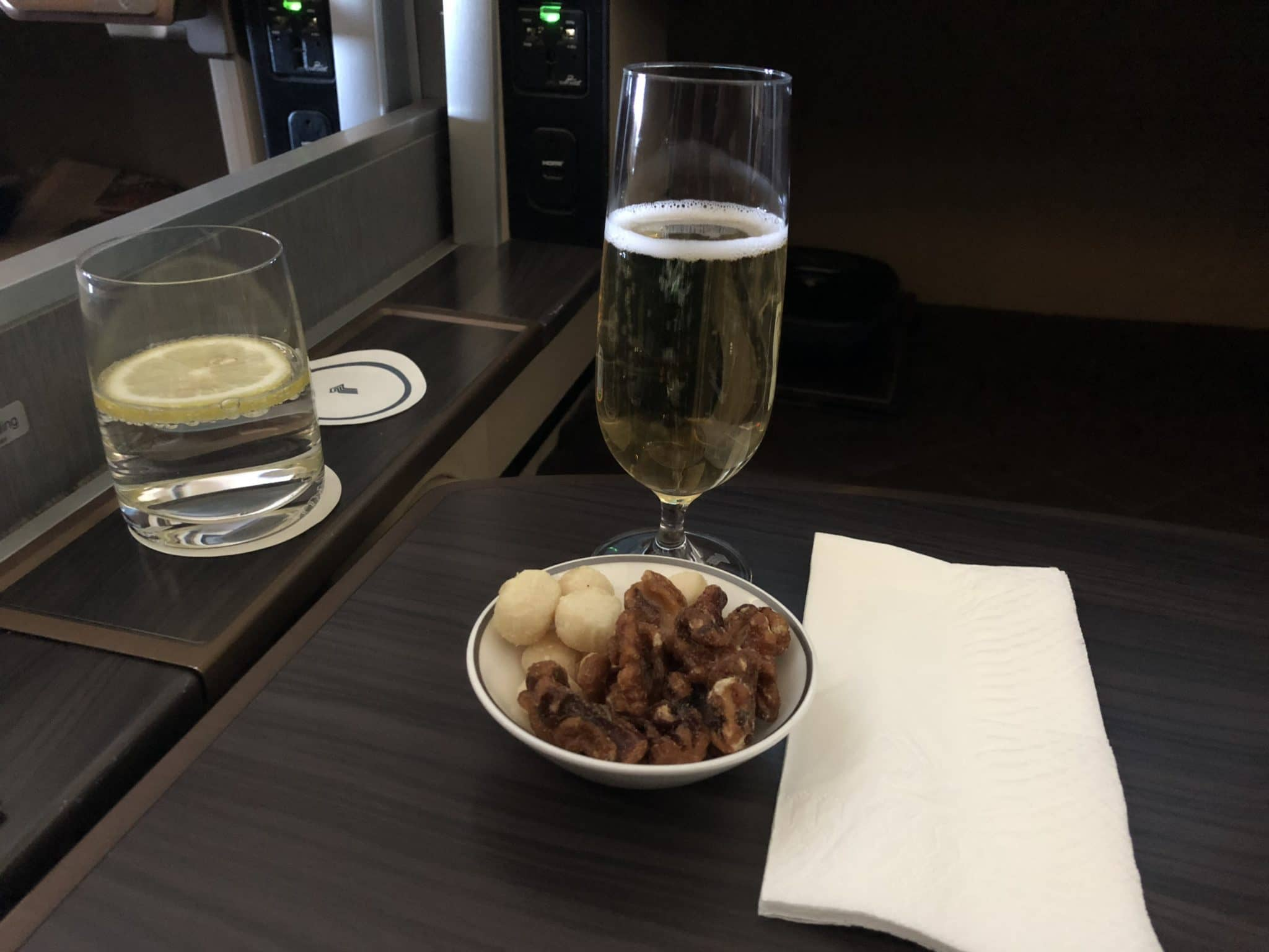 Singapore Airlines First Class Boeing 777-300 Champagner und Nuesse