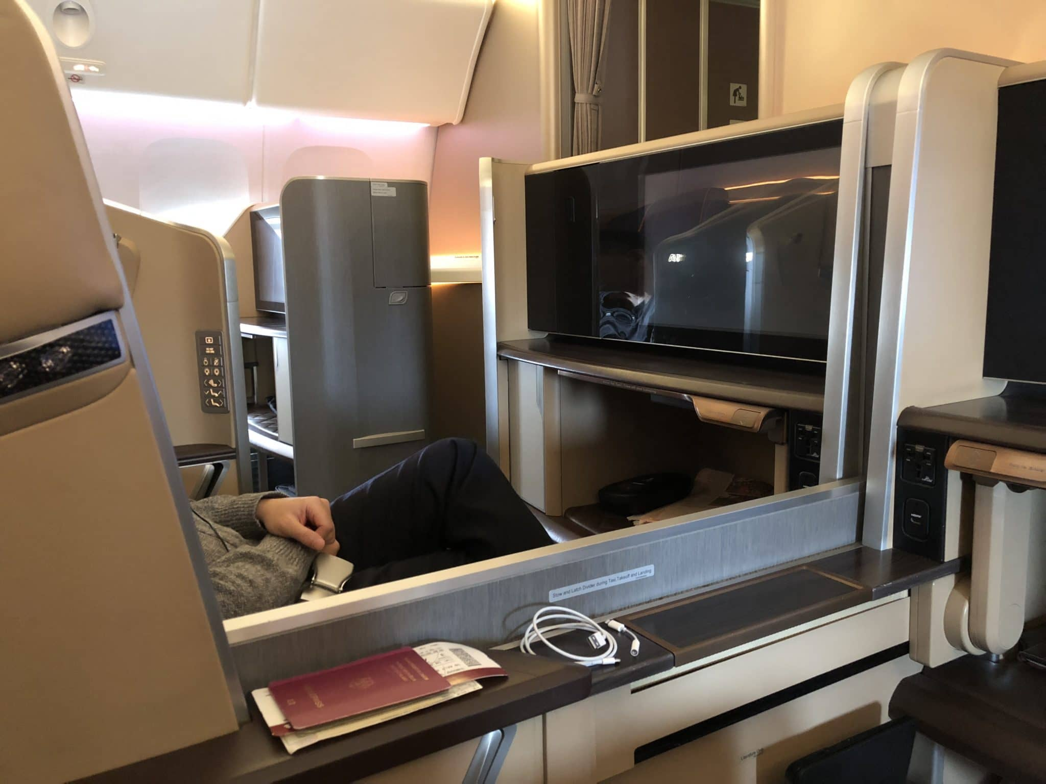 Singapore Airlines First Class Boeing 777-300 Trennwand unten
