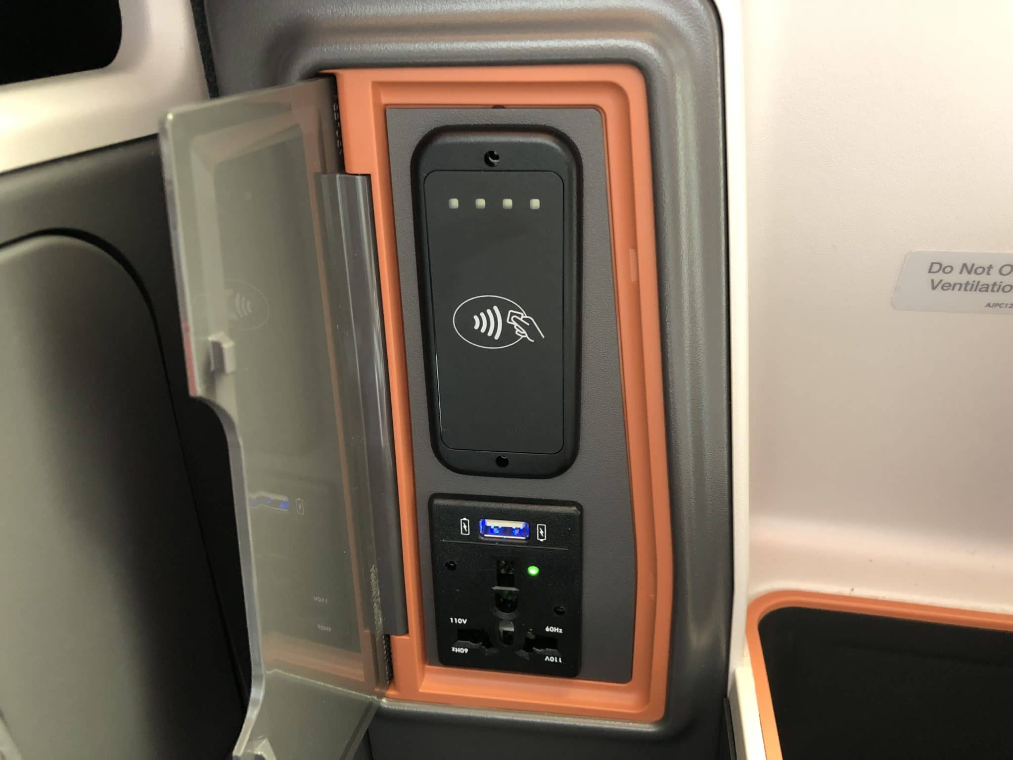 Singapore Airlines neue Business Class A380 USB Anschluss links