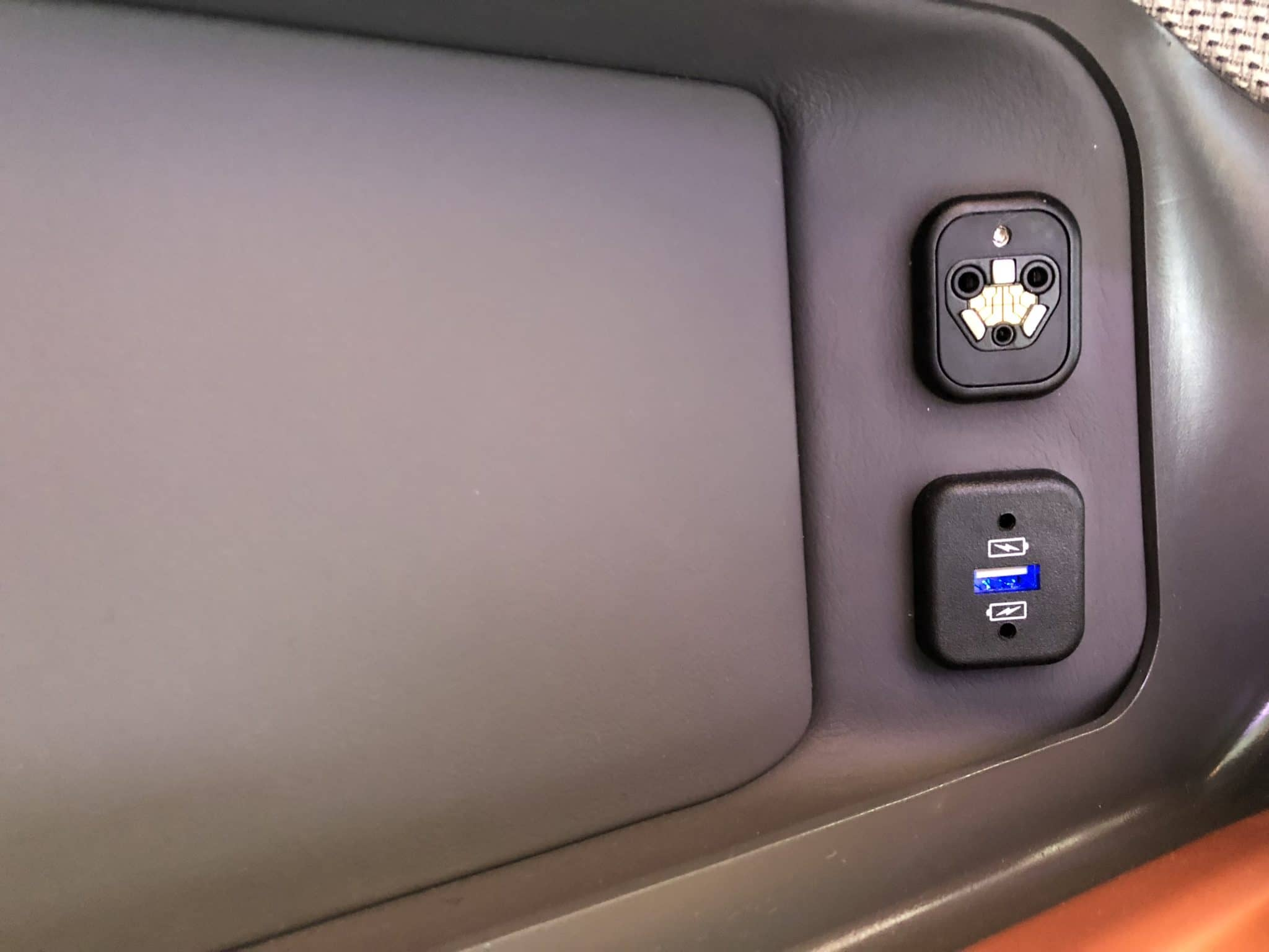 Singapore Airlines neue Business Class A380 USB Anschluss Links hinten