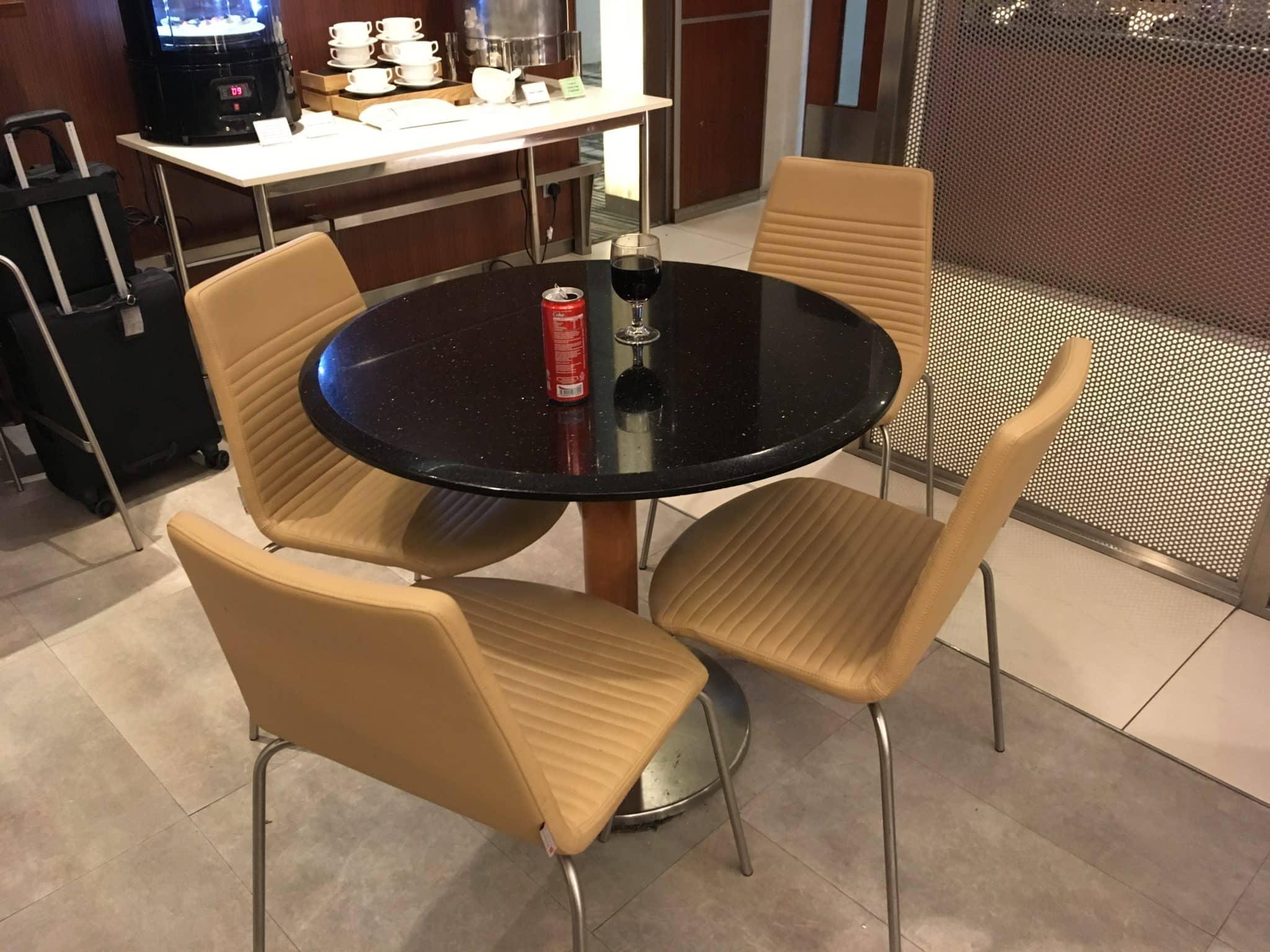 KrisFlyer Gold Lounge Changi Airport Terminal 3 - Esstisch