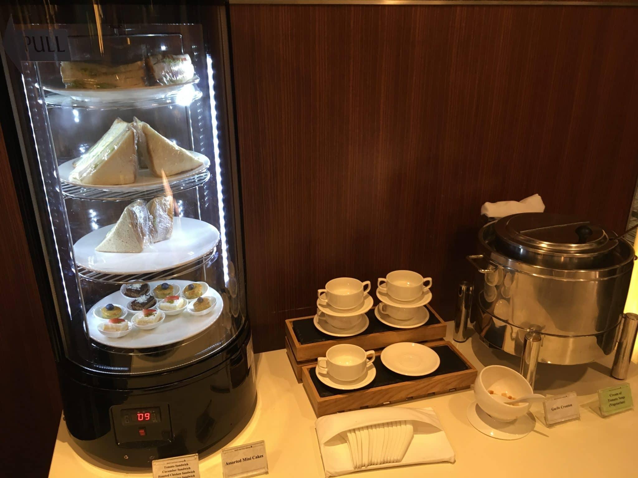 KrisFlyer Gold Lounge Changi Airport Terminal 3 - Sandwiches und Suppe