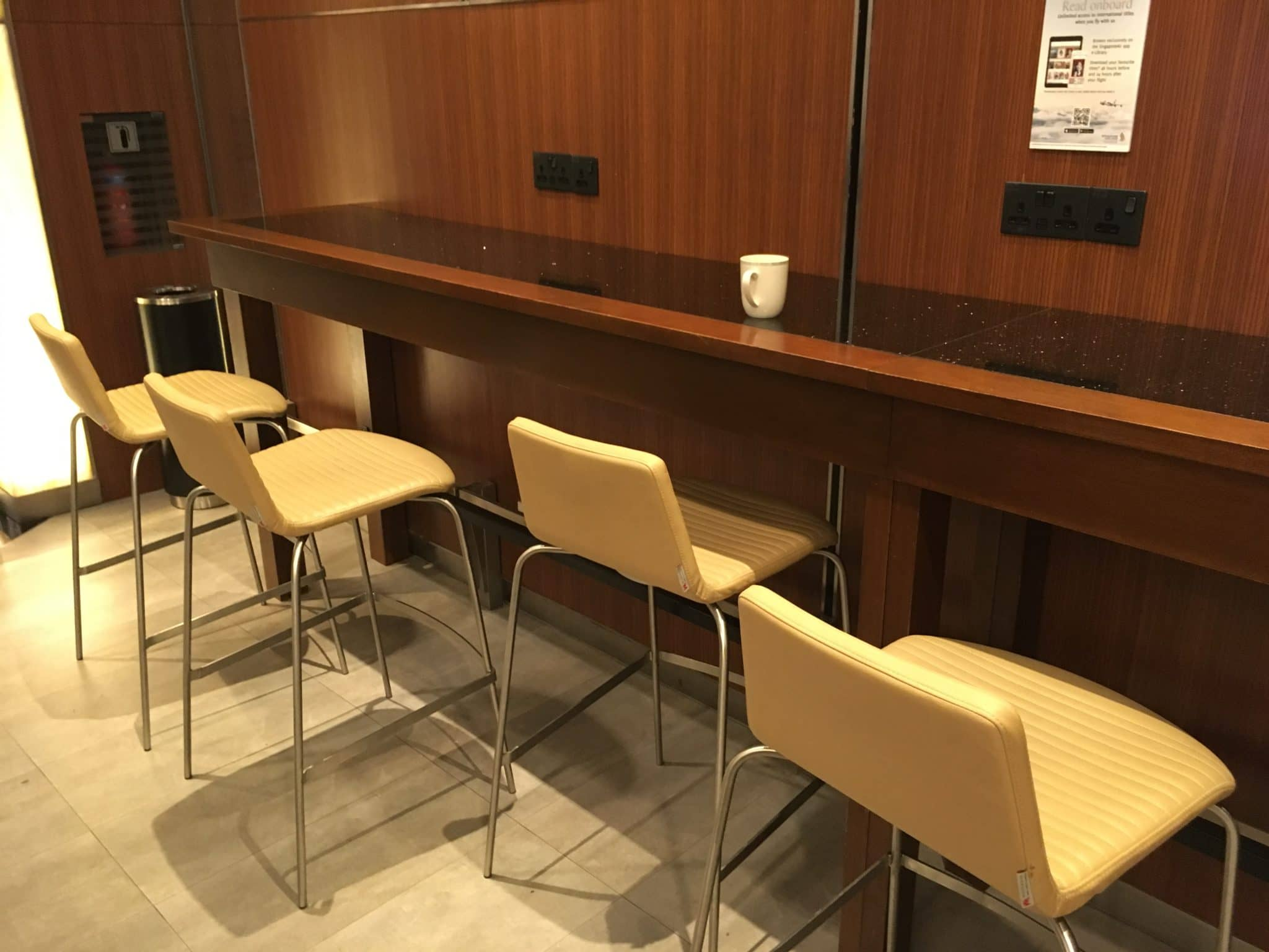 KrisFlyer Gold Lounge Changi Airport Terminal 3 - Thekensitz