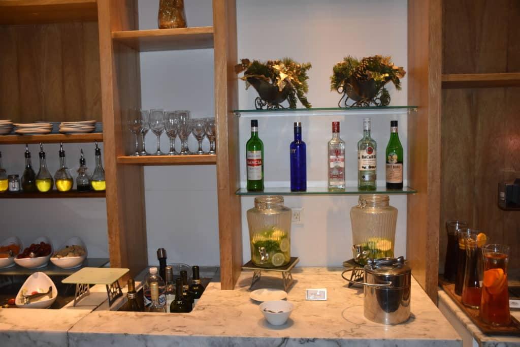 alkoholische Getränke am Hauptbuffet der Star Alliance Lounge Buenos Aires Ezeiza