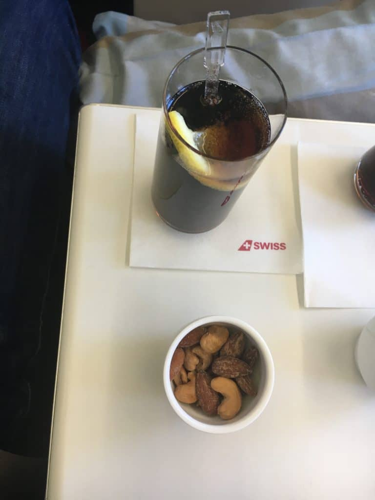 Cola und eine Schale kalte Nüsse