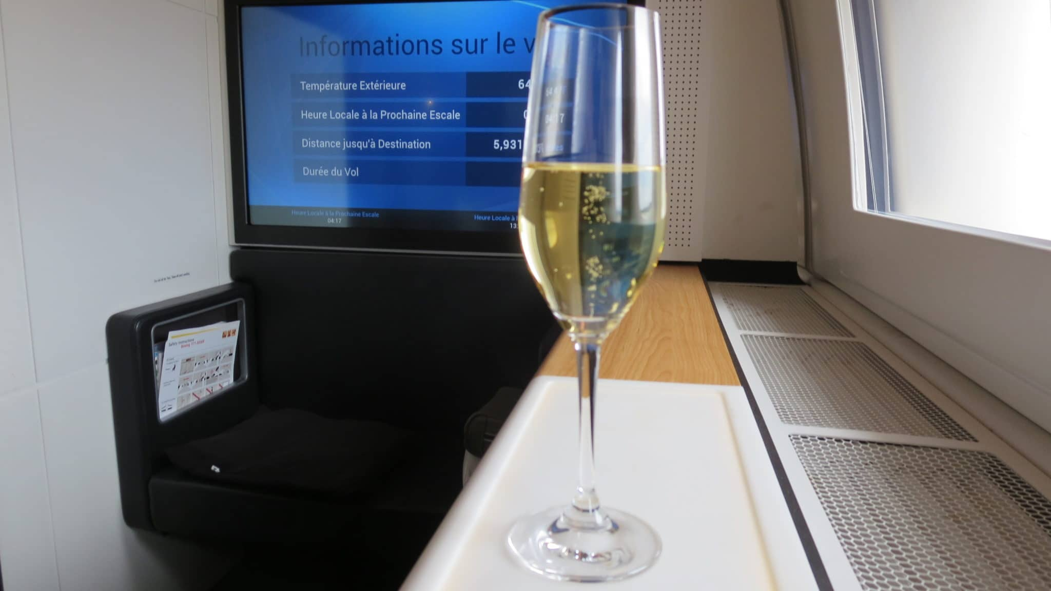 Swiss First Class Boeing 777-300ER Champagner