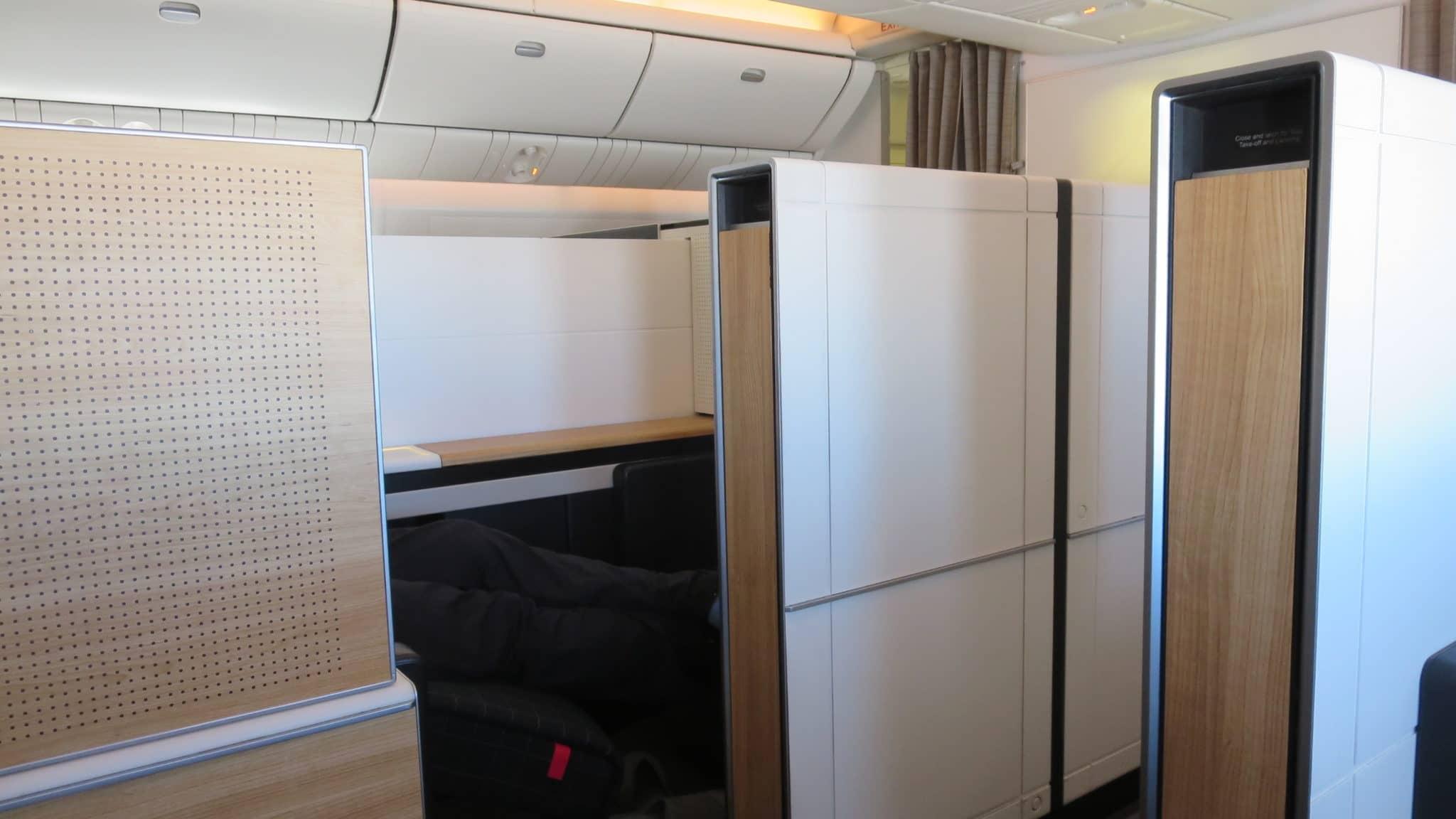 Swiss First Class Boeing 777-300ER Garderobe