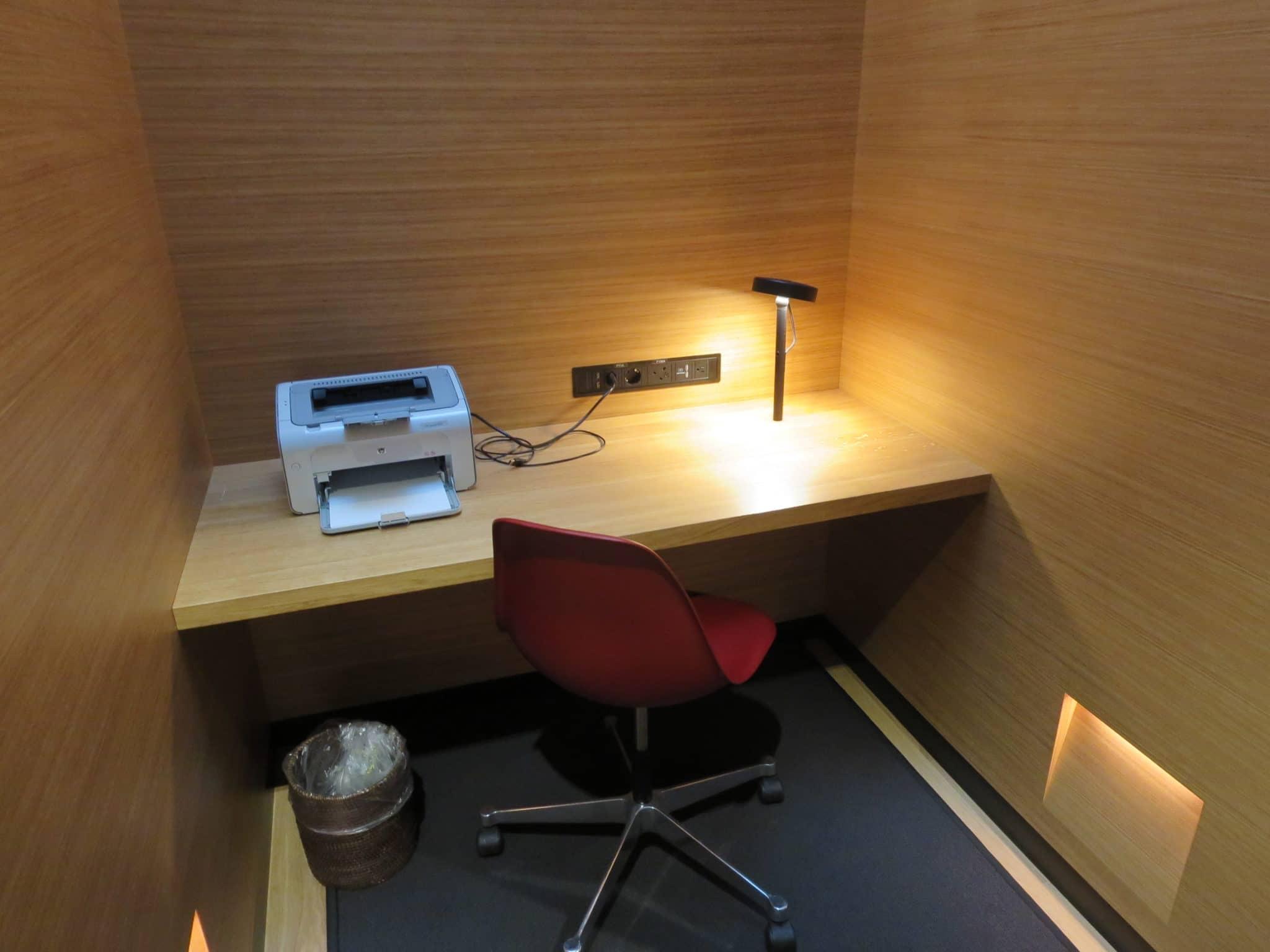 Swiss First Class Lounge Zürich A Schreibtisch und Drucker
