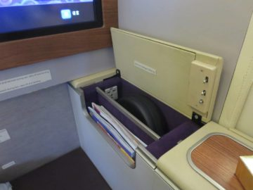 Thai Airways First Class Boeing 747 Seitenablage Staufach