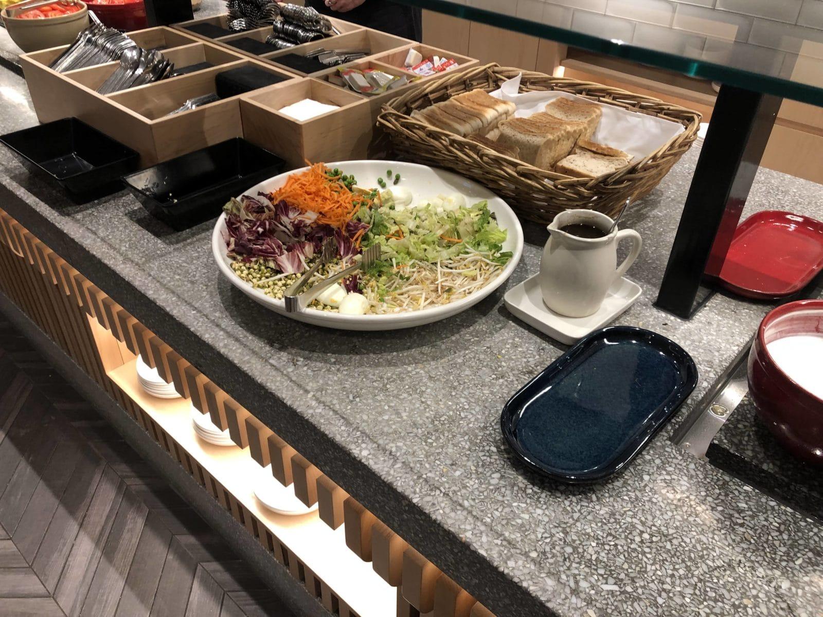 The Qantas Club Melbourne Salat und Toast