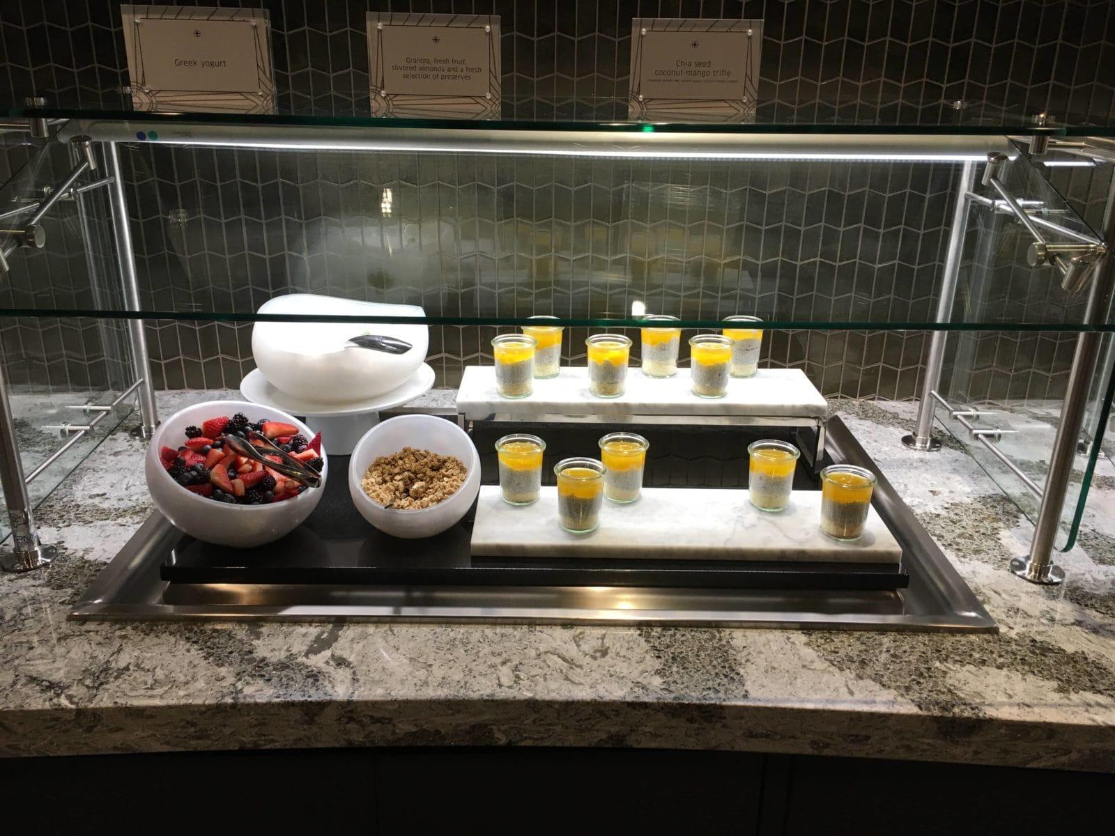 United Polaris Lounge LAX - Joghurt, Müsli, Früchte und eine Art Dessert