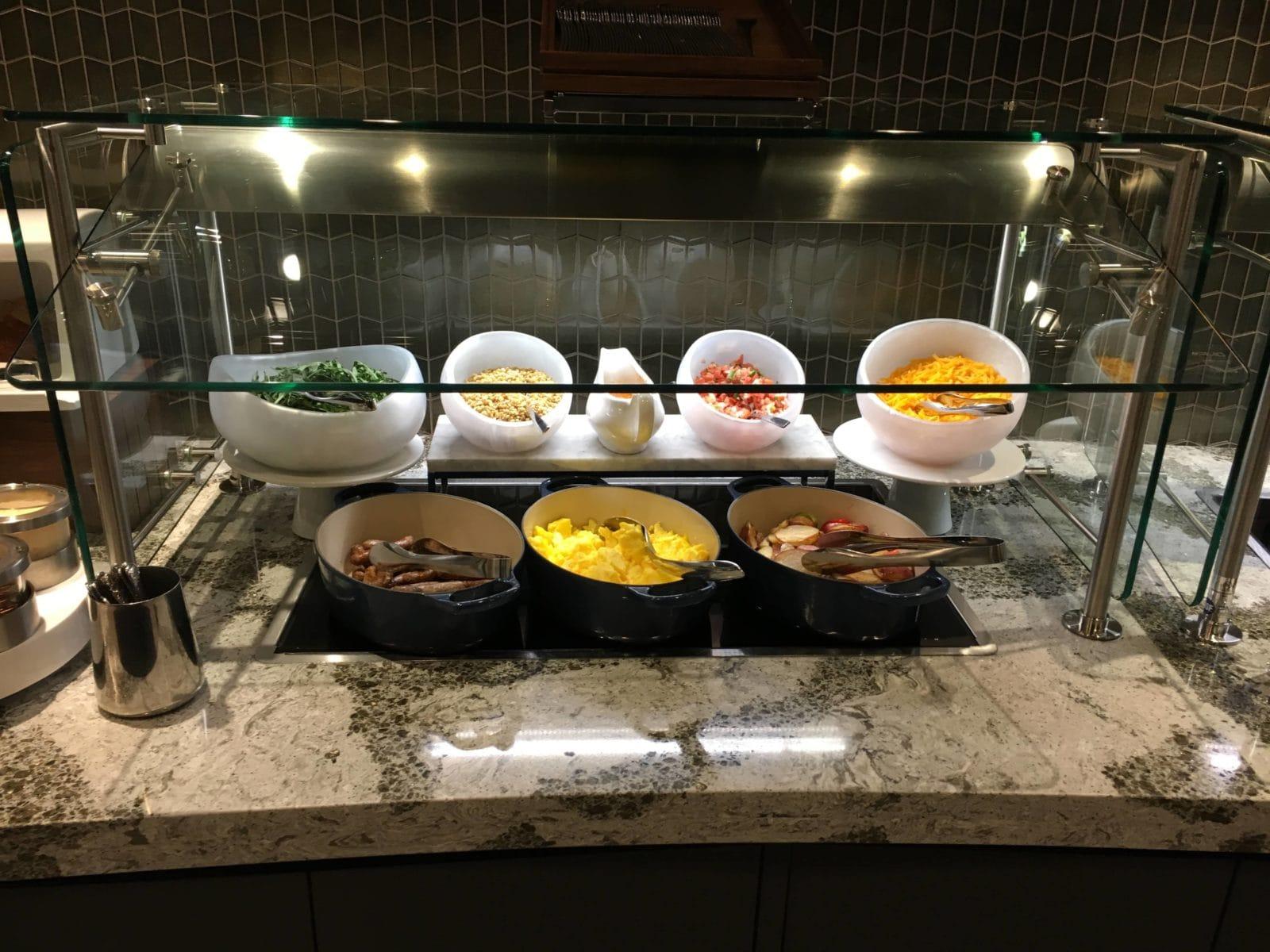 United Polaris Lounge LAX - Rührei. Würstchen und andere kalte und warme Speisen