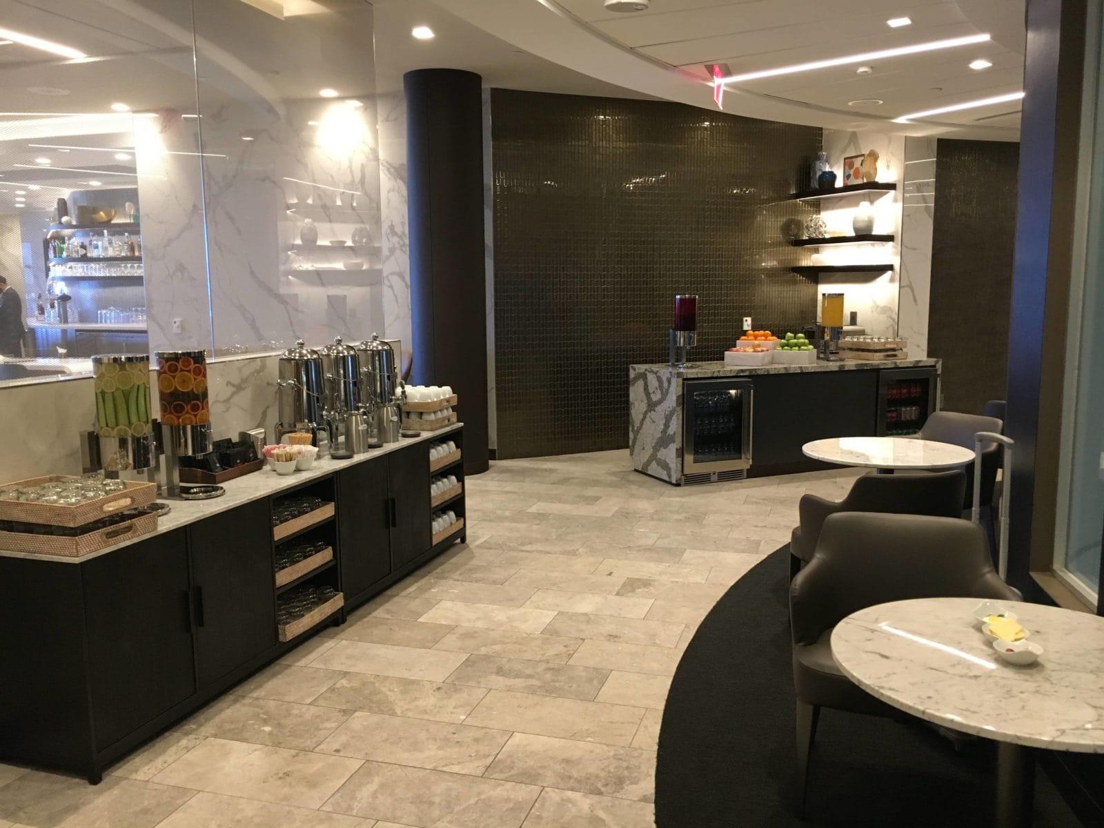 United Polaris Lounge LAX - Getränkestationen und Sitzmöglichkeiten