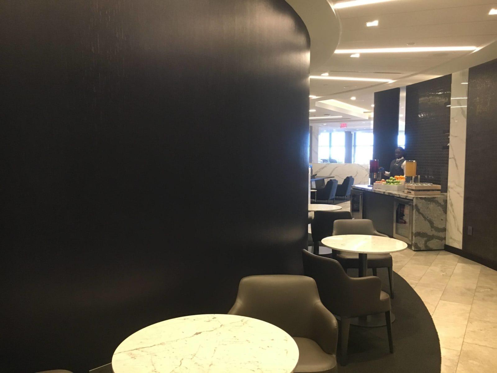 United Polaris Lounge LAX - Sitzmöglichkeiten in der Rotunda